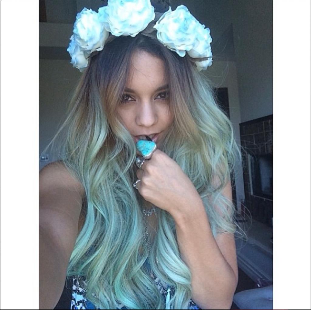 Vanessa Hudgens trägt die blauen Rosen passend zu den Haaren.