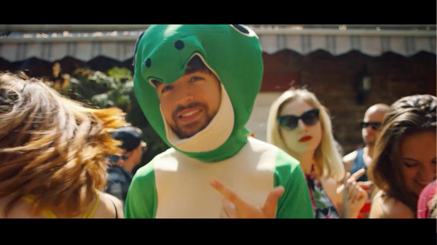 Oliver Heldens – Shades of Grey: Heldens mit Gecko Kostüm