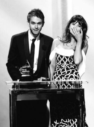Foxes und Zedd nehmen den Grammy für Clarity entgegen. (Quelle: Facebook)