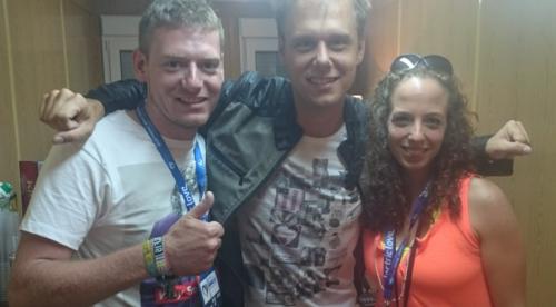 Armin van Buuren posiert mit dem Paar